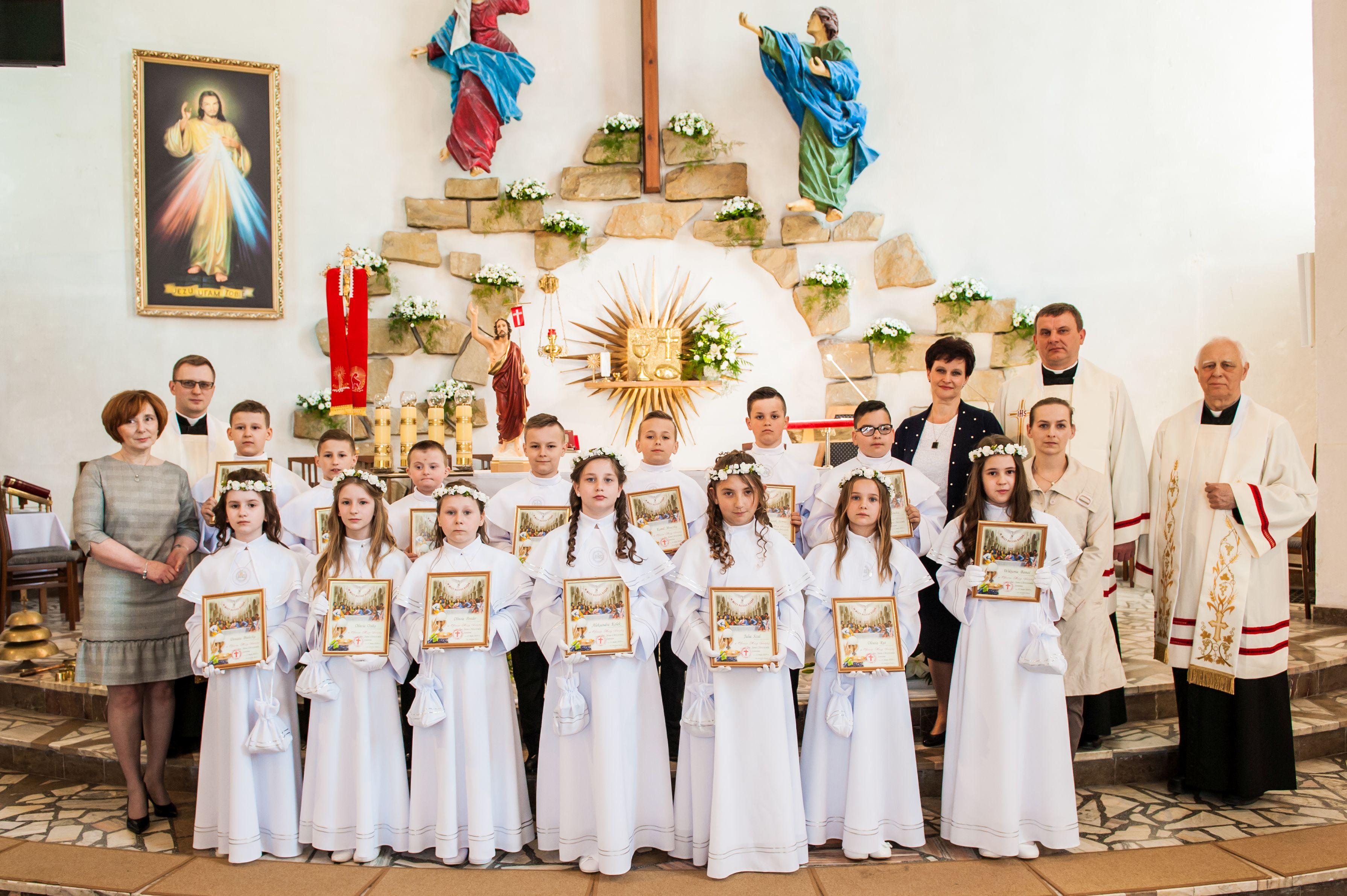 939de43f25 Uroczystość Pierwszej Komunii Świętej odbyła się pod przewodnictwem księdza  proboszcza Władysława Dubiela